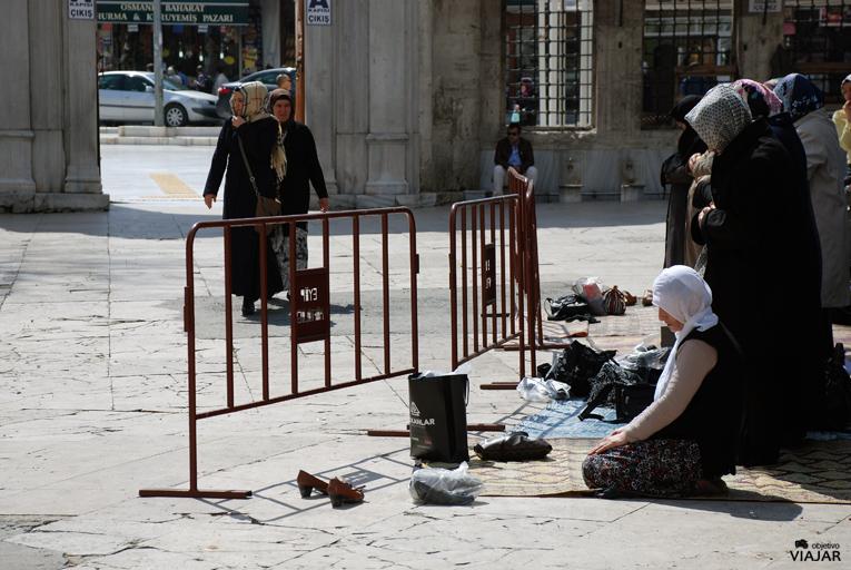 Mujeres rezando en el patio central de la Mezquita de Eyüp. Estambul