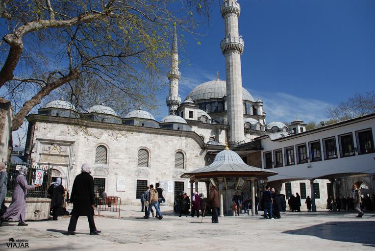 Patio exterior. Mezquita de Eyüp Sultan. Estambul