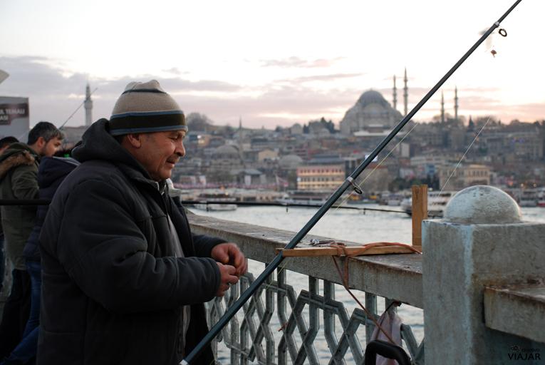 Pescador en el Puente Gálata. Estambul