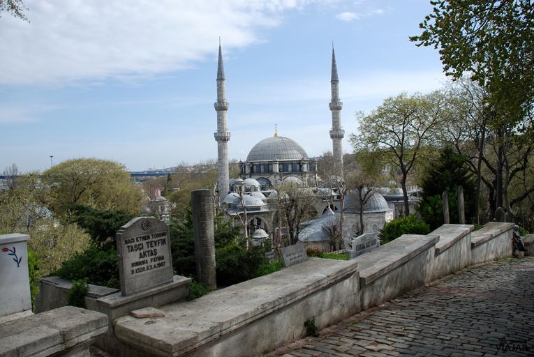 Vista de la Mezquita de Eyüp desde el cementerio. Estambul