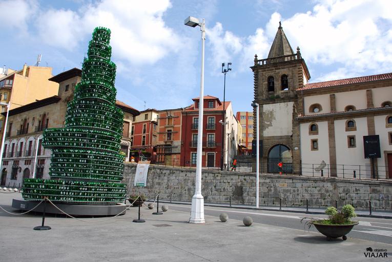 El árbol de la sidra y la Capilla de San Juan Bautista. Gijón