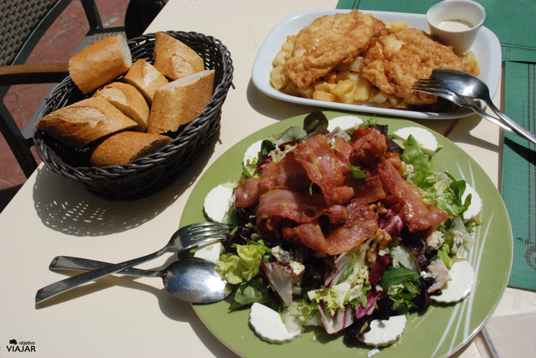 Ensalada Los Espumeros y cachopos de pollo. Sidrería Los Espumeros. Gijón