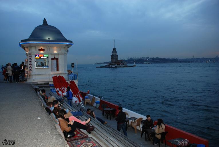 Tras la puesta de sol, la hora azul en Üsküdar. Estambul