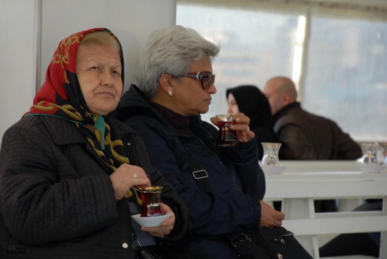 Un té a bordo del ferry. Cuerno de Oro. Estambul