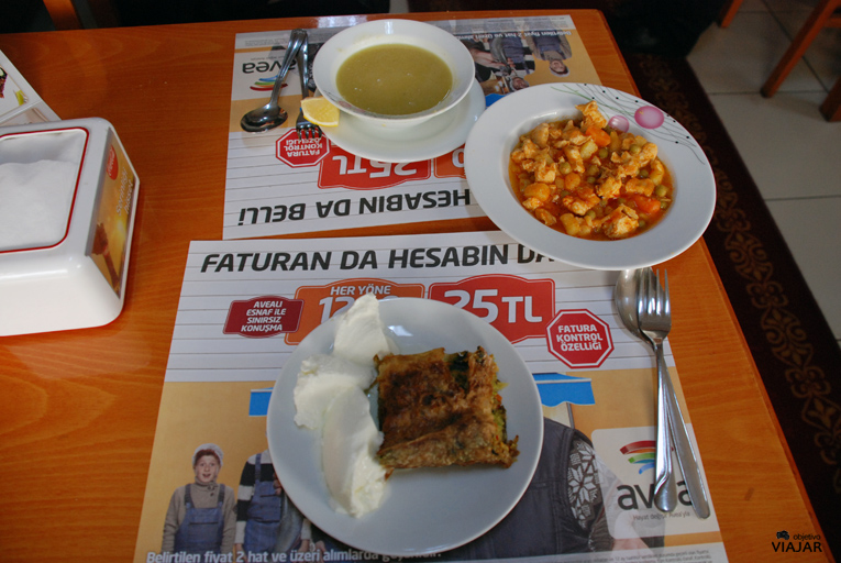 Comiendo en el Ada Islama Köftecisi. Estambul