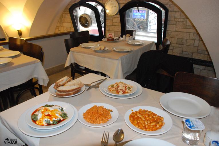 Nuestro menú en el Tarihi Subaşı Lokantasi. Estambul
