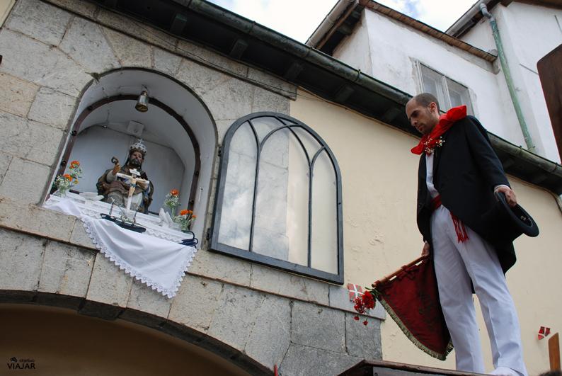 El danzante frente a la imagen de San Pedro. Lekeitio.