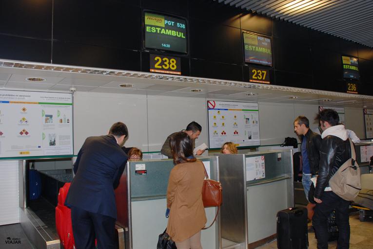 Mostradores de facturación de Pegasus Airlines. Aeropuerto Adolfo Suárez Madrid-Barajas