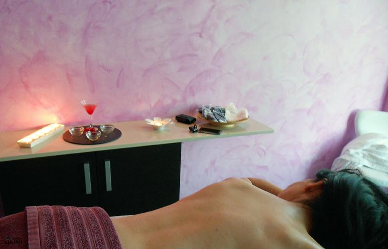 Disfrutando de un masaje balinés con uva tinta. Finca La Estacada