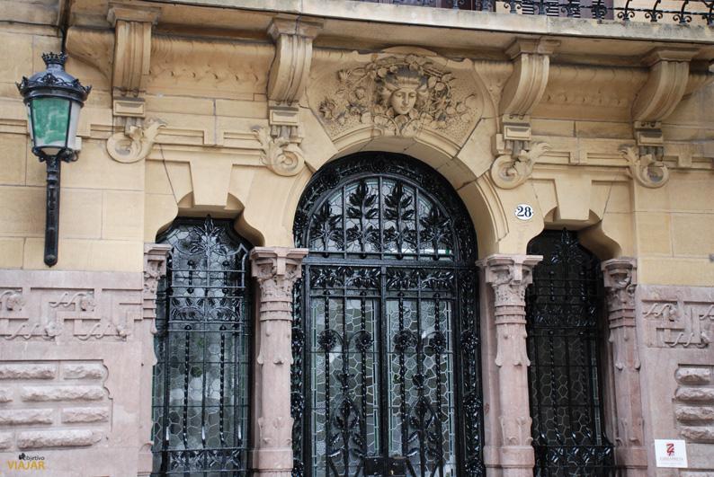 Elegantes fachadas como ésta jalonan la calle Prim. San Sebastián