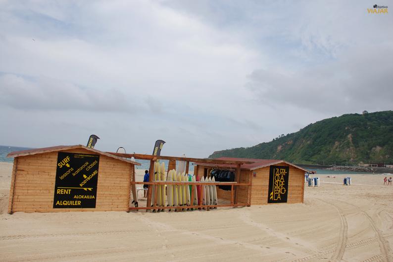 Escuela de surf en la playa de Zurriola. San Sebastián