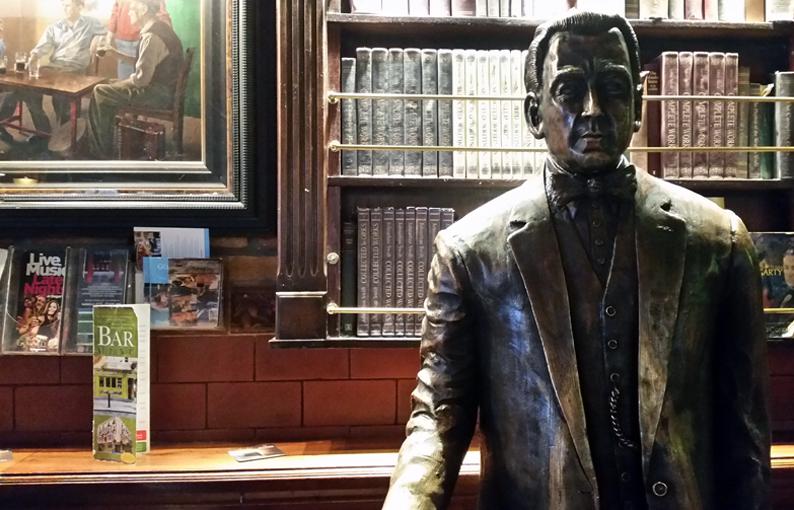 Estatua de Oliver St. John Gogarty. Pubs Dublín