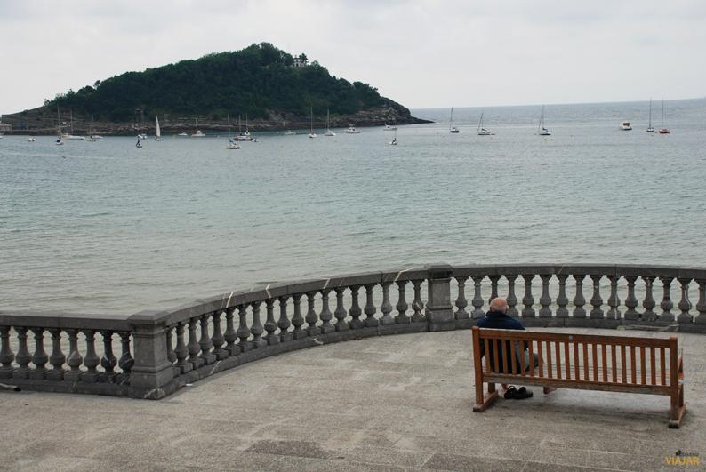 Isla de Santa Clara desde el paseo marítimo. San Sebastián