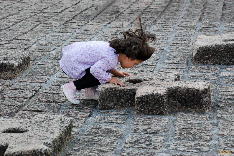 Jugando con los respiraderos. Peine del Viento. San Sebastián