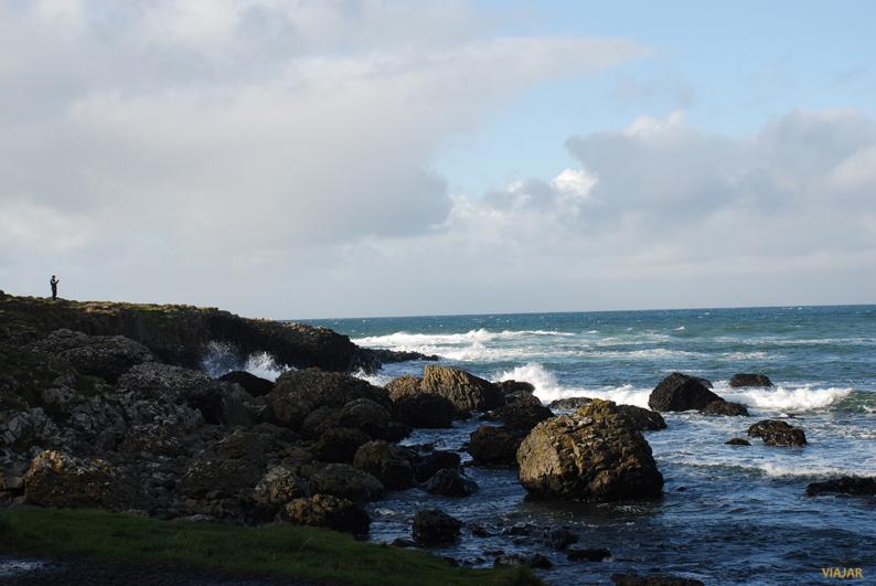 Contemplando la fuerza del océano. Calzada del Gigante