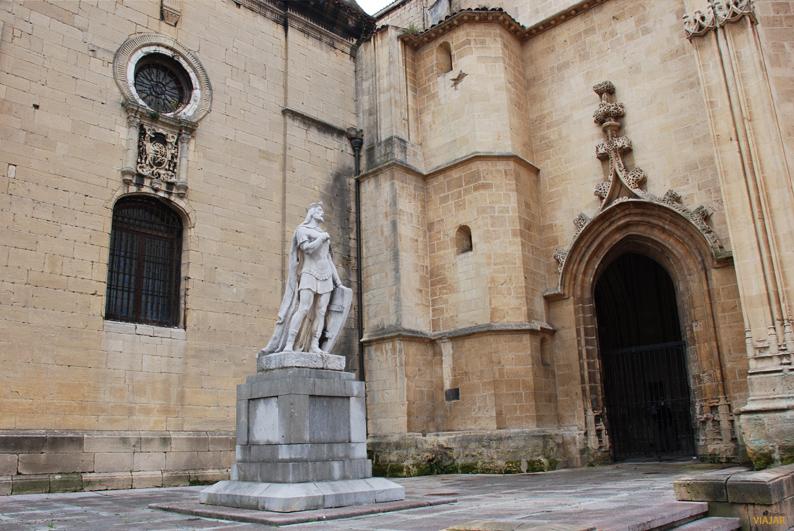 Estatua de Alfonso II, rey de Asturias. Oviedo