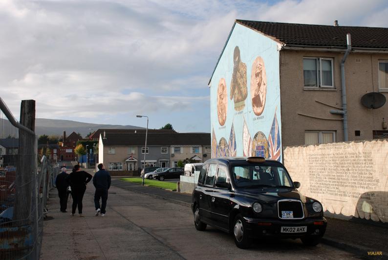 Mural dedicado a grupos paramilitares. Belfast