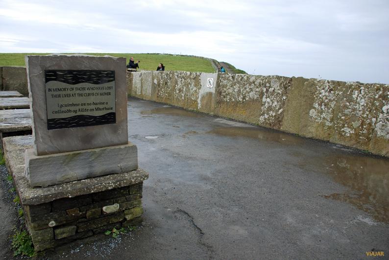 Monumento en memoria de los que murieron en los acantilados de Moher