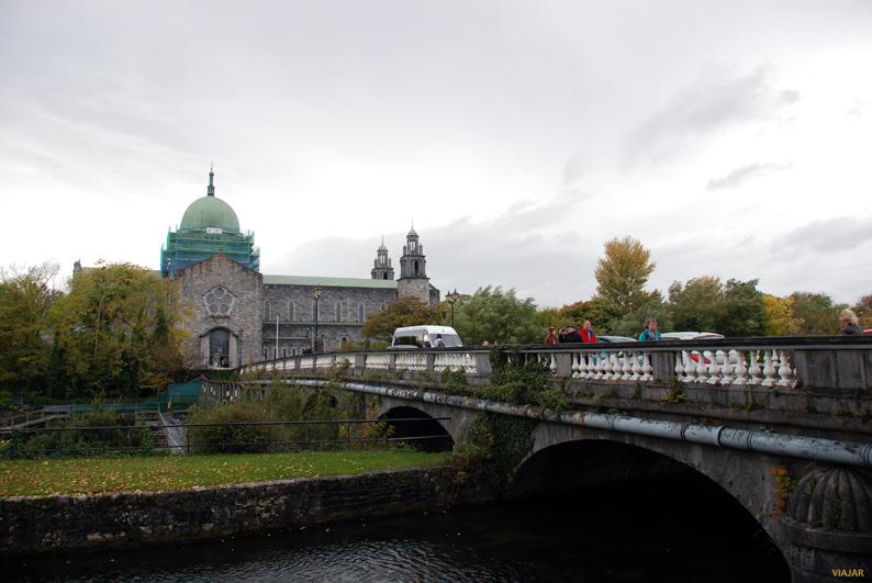 Catedral de Galway desde el Salmon Weir Bridge