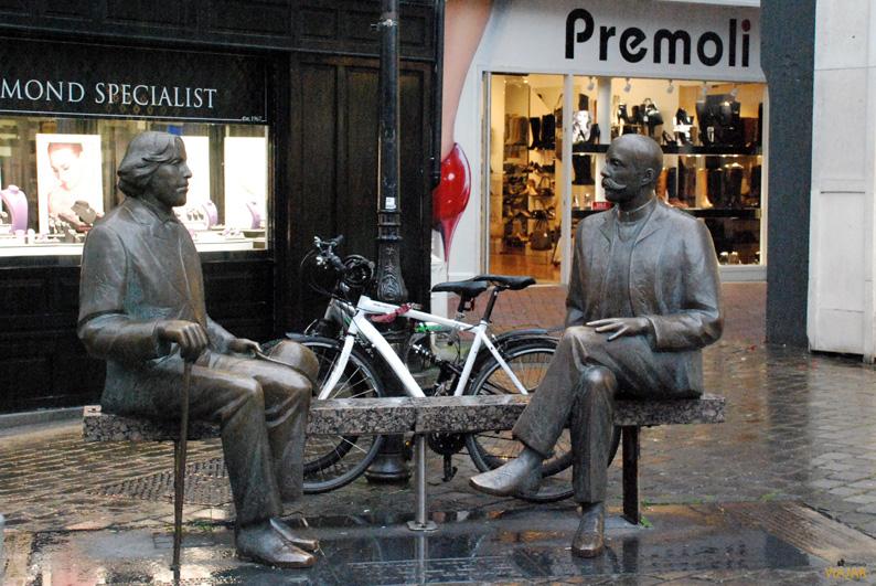 Estatua de Oscar Wilde y Eduard Vilde. Galway