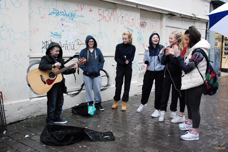 Joven músico callejero en Galway