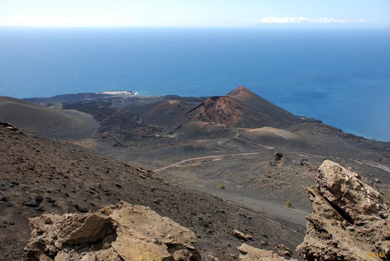 El Volcán de Teneguía y las salinas desde la cumbre del Volcán de San Antonio. La Palma