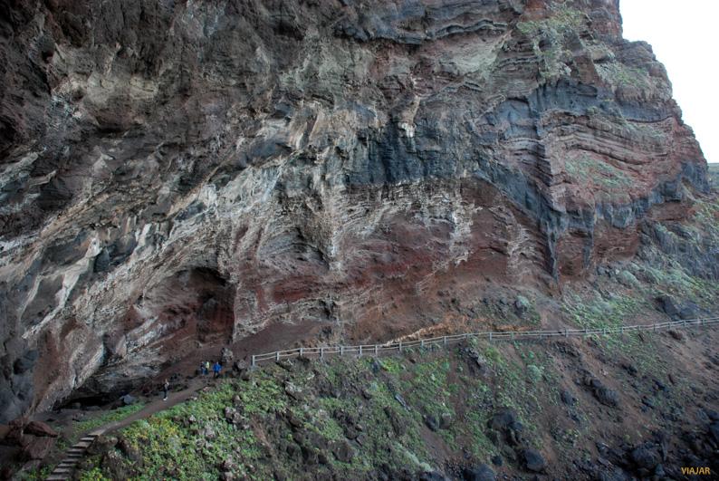 El sendero que bordea el acantilado. Playa de Nogales. La Palma