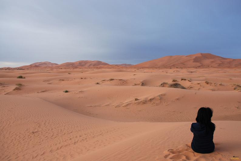 Ensimismada en el desierto. Marruecos