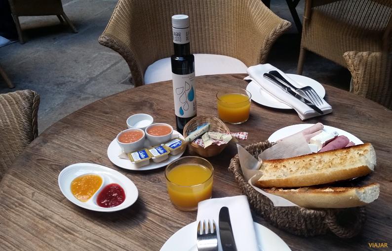 Desayunando en el hotel Palacio Carvajal Girón