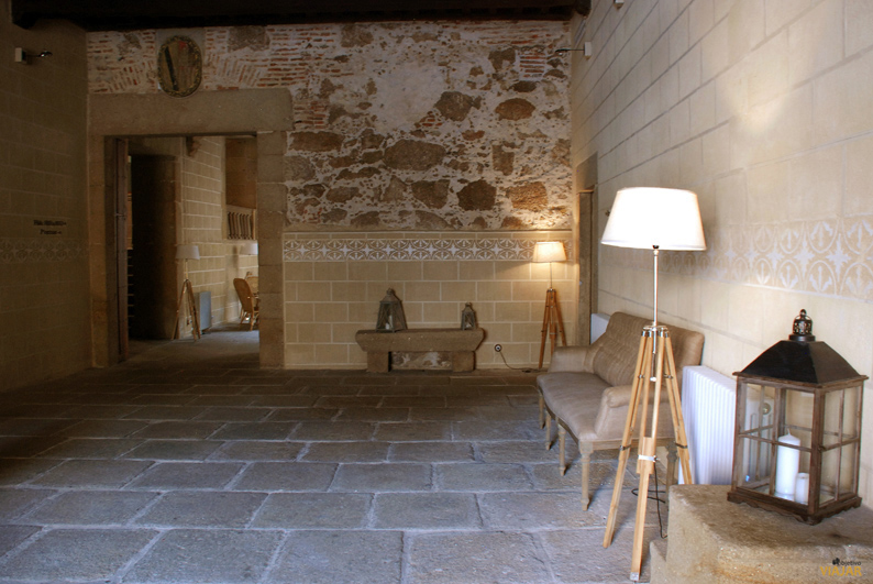 En el antiguo zaguán se ubica la recepción del hotel Palacio Carvajal Girón