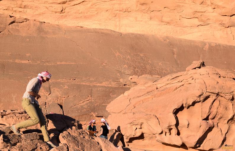 Dibujos tallados hace cuatro mil años. Wadi Rum. Jordania