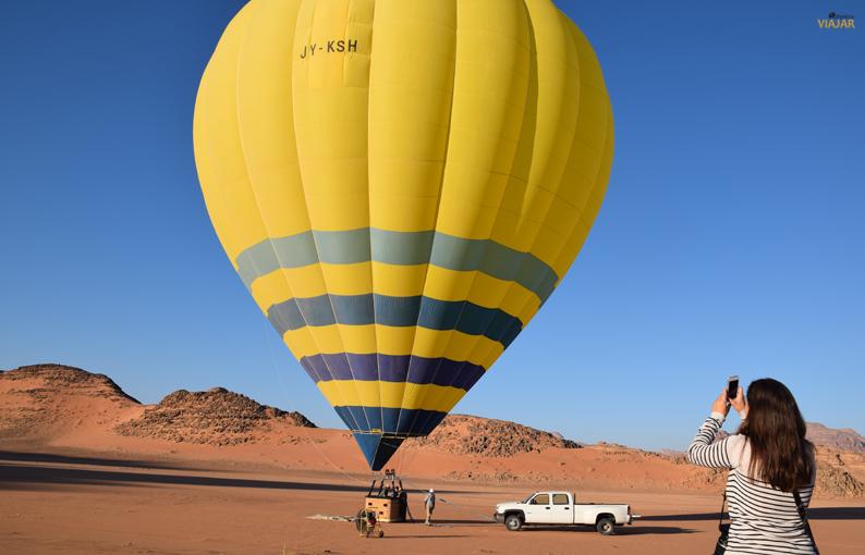 Acabando de montar el globo en el desierto de Wadi Rum. Jordania