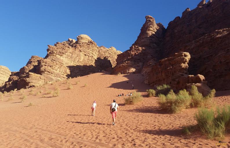 Hundiendo los pies en la arena rojiza de Wadi Rum. Jordania