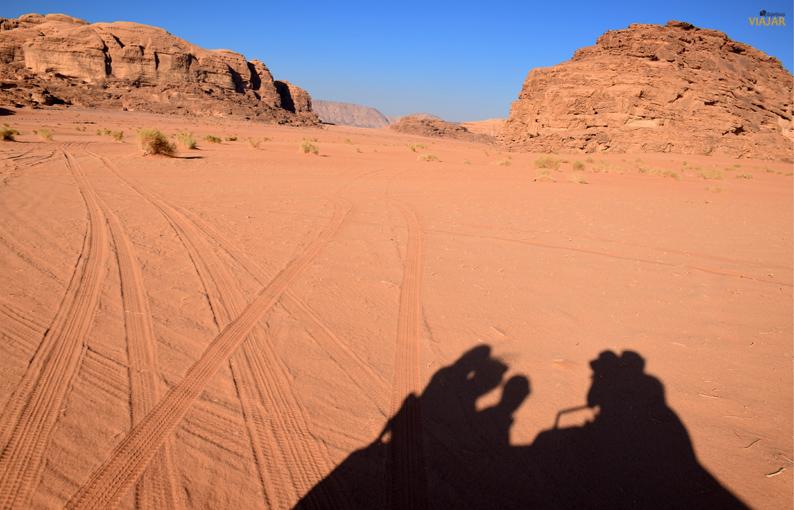 La sombra de nuestro todoterreno en la arena rojiza de Wadi Rum. Jordania