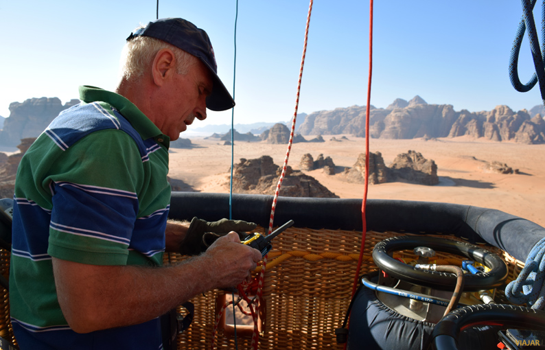 Nuestro piloto comunicándose con el equipo de tierra. Wadi Rum. Jordania