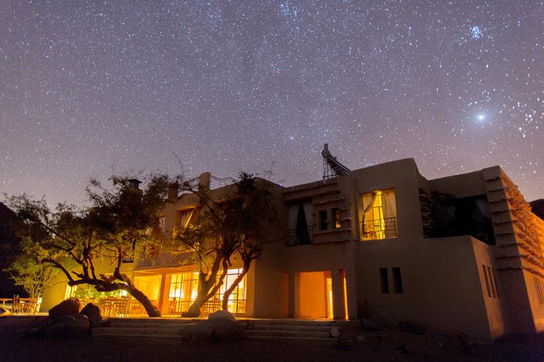 Cenando bajo las estrellas. © Feynan Ecolodge Photo by Bashar Alaeddin