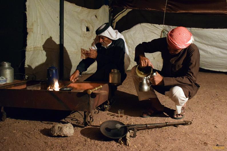 Ceremonia de la preparación del café con una familia beduina. Feynan Ecolodge. Jordania
