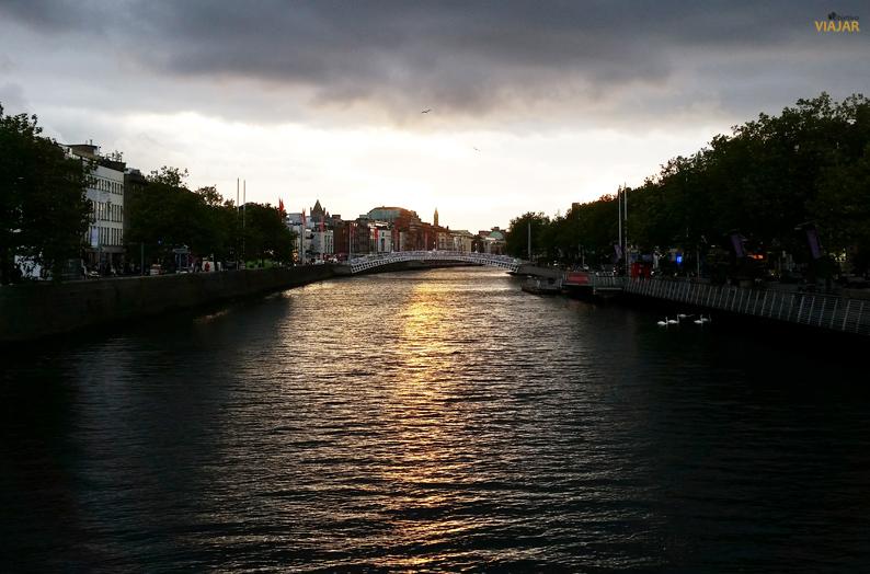 El río Liffey al atardecer. Dublín