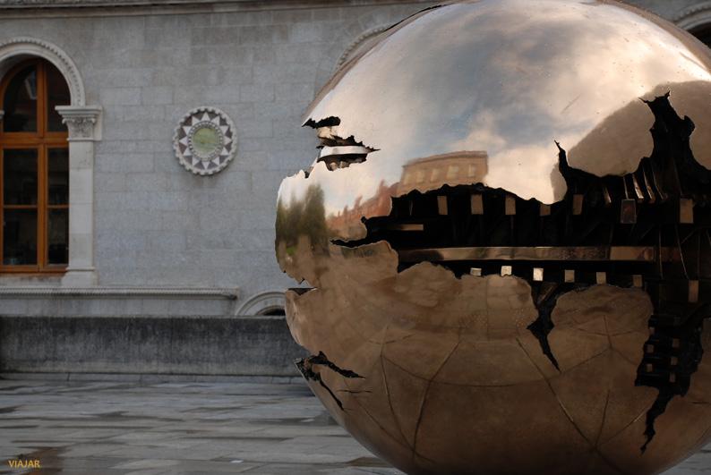 Esfera dentro de una esfera. Trinity College, Dublín