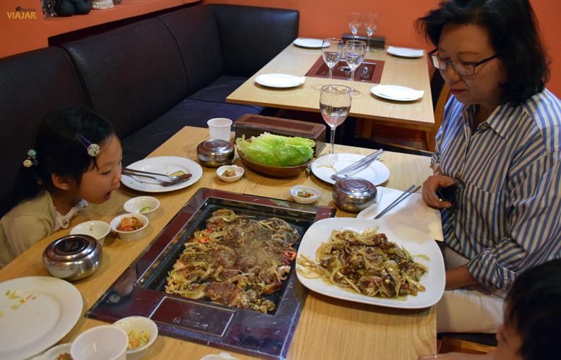 Familia de asiáticos cenando en el restaurante Maru