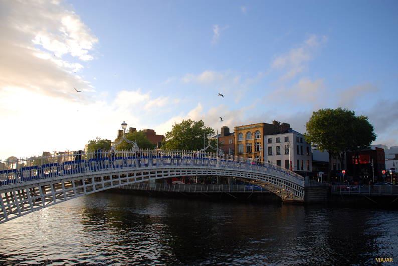 Ha'penny Bridge y el Liffey. Dublin