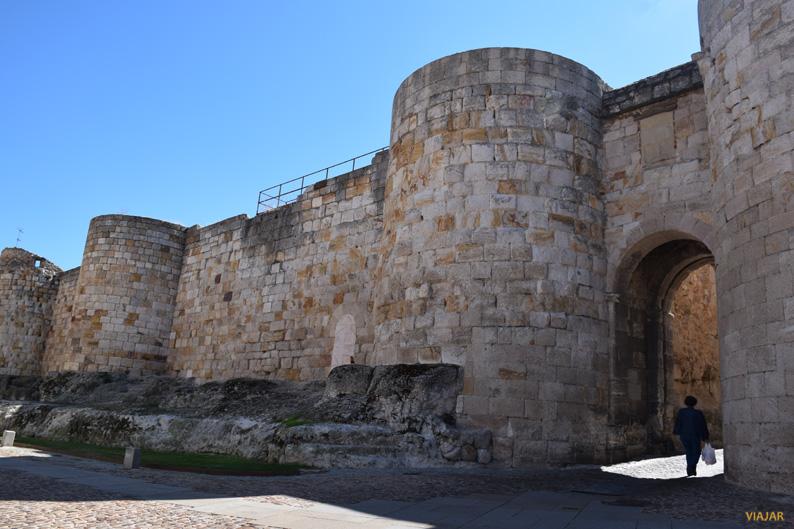 Puerta de Doña Urraca y restos de las murallas. Zamora