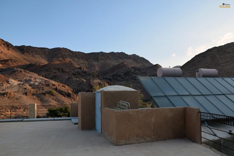 Terraza y paneles solares. Feynan Ecolodge. Dana. Jordania