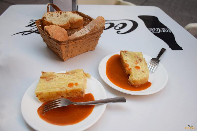 Tortilla de patatas con salsa. Bar Chillón
