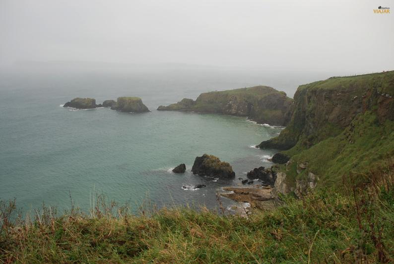 La belleza del litoral irlandés. Puente de Carrick-a-Rede