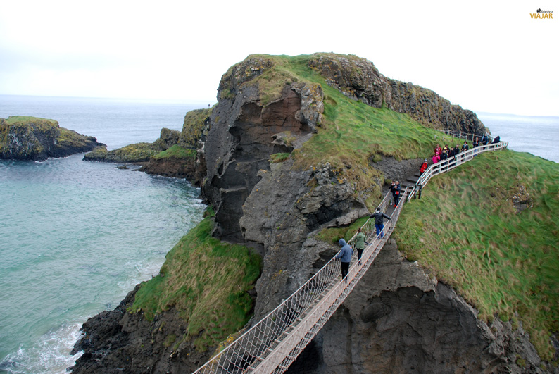 Visitantes cruzando el puente de Carrick-a-Rede