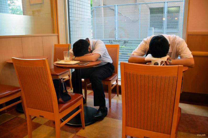 Hombres de negocios durmiendo en una cafetería, Japón
