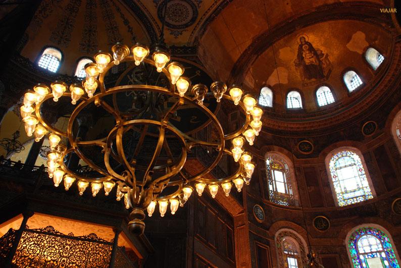 Lámparas y vidrieras de Santa Sofía. Estambul