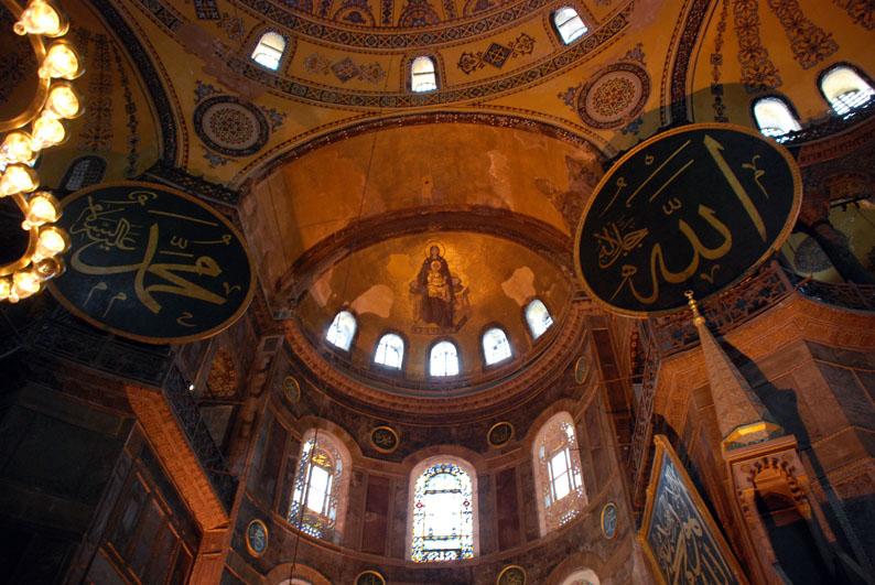 Mosaico de la Virgen María, el primer mosaico figurado creado después del período iconoclasta de Santa Sofía.