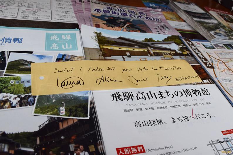 Pidiendo un deseo en Takayama. Japón